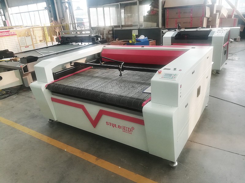 The First Picture of Laser Fabric Cutter with Automatic Feeding System