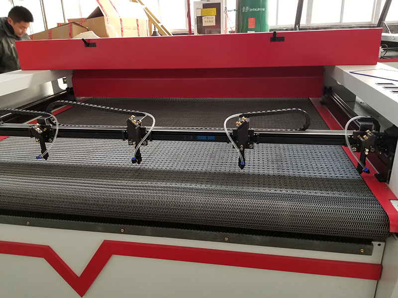 Four laser heads of laser textile cutting machine