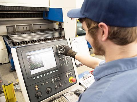 How to operate a laser cutter machine?