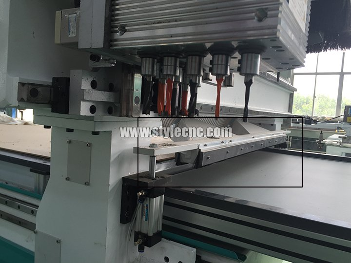 Automatic pushing system of Customized furniture CNC router
