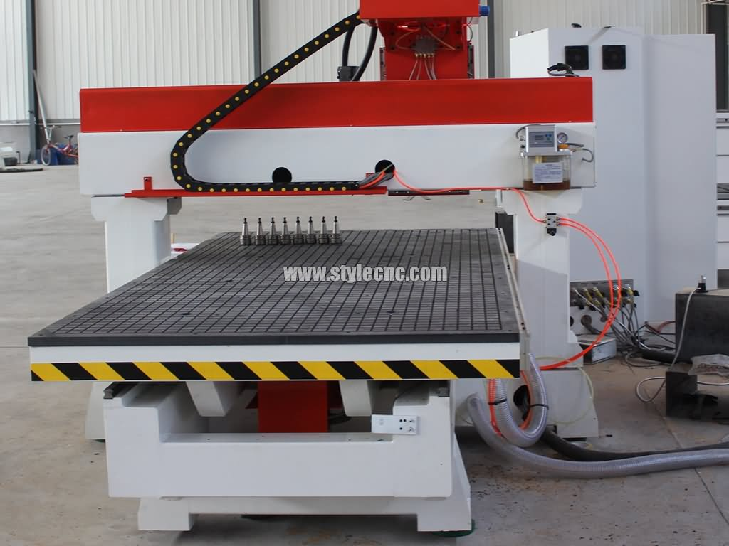 CNC router with moving table