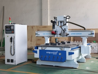 Wooden door CNC router with linear ATC system
